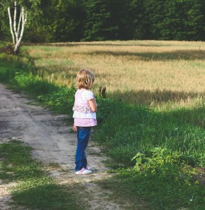 kaboompics.com_Little girl on path